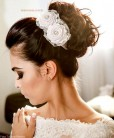 Arranjo de noiva com flor de cetim e strass