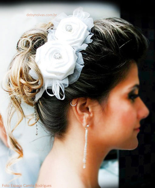 a26b9dc716 Arranjo de noiva com flores de cetim - Deby Noivas Acessórios para ...