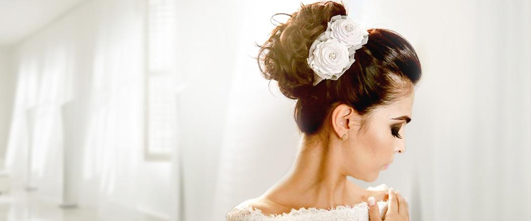 Arranjo noivas com flor de cetim e strass