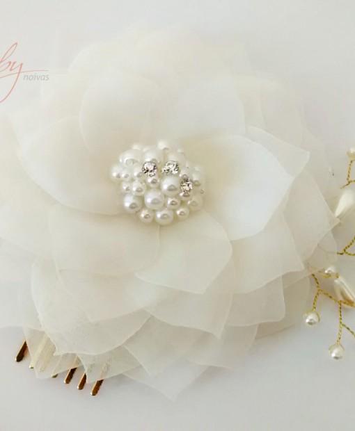 Flor para noiva com pérolas